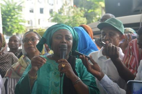 La députée Hadjira Oumouri assiste au marathon comorien lors d'une marche pacifique contre les violences faites aux femmes © UNFPA Comores / Nasser Youssouf